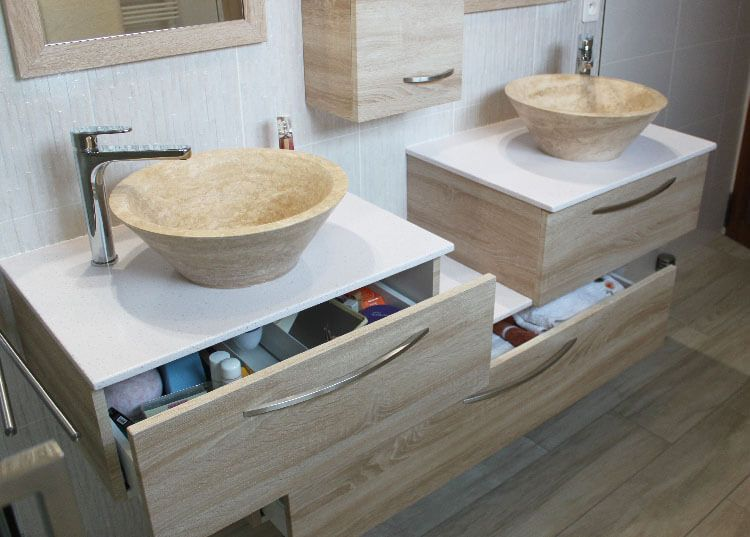 Meuble Salle De Bain Décalé : Lavabo en pierre naturelle et meuble sur mesure décalé