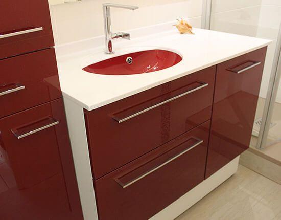 Un meuble rouge et blanc pour une tr s petite salle de bain atlantic bain - Salle de bain bordeaux ...