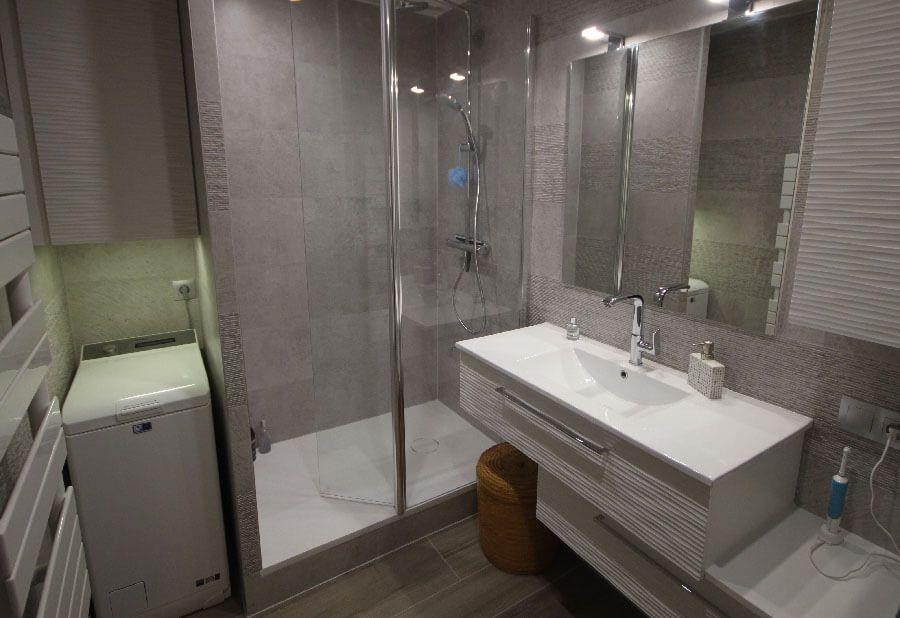 Une salle de bains de 4 m avec un meuble en d cal et un for Transformer un bain en douche