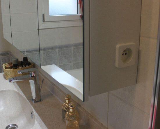 R novation d 39 une salle de bain avec un meuble tr s for Prise de terre salle de bain