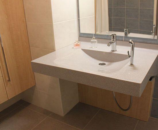 Meuble de salle de bain pour personne mobilit r duite pmr for Colonne salle de bain sur mesure