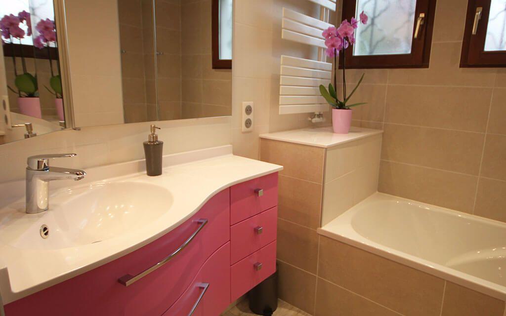 meuble-salle-de-bains-angle-rose-et-blanc