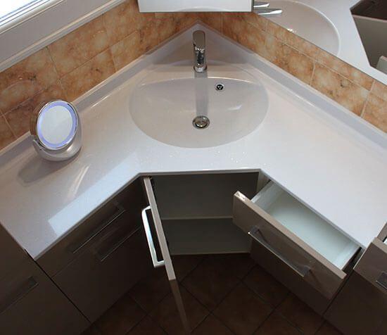 R novation d 39 une salle de bains avec un meuble en angle for Armoire d angle salle de bain