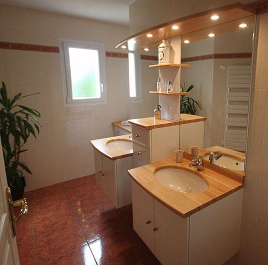 r novation du vernis d 39 un meuble de salle de bains install il y a 17 ans atlantic bain. Black Bedroom Furniture Sets. Home Design Ideas