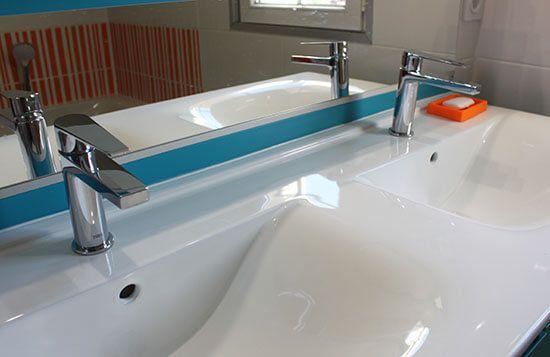 Un meuble bleu et blanc pour une salle de bains color e for Ceramique pour salle de bain