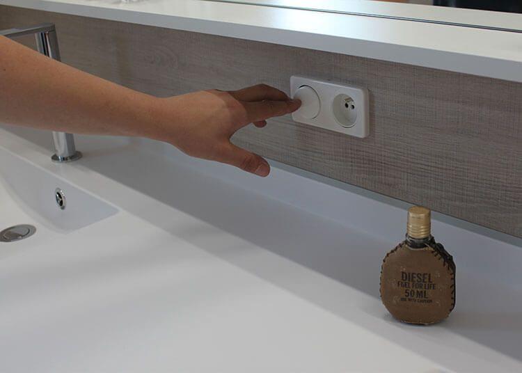 Un grand meuble double vasques fonctionnel et entre murs - Spot salle de bain avec interrupteur ...