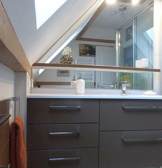 Rendre une salle de bain sous rampant fonctionnel et for Salle de bain toit en pente