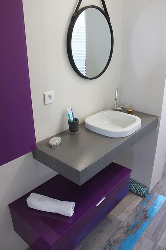 Un meuble suspendu moderne en gris b ton et violet - Meuble salle de bain violet ...