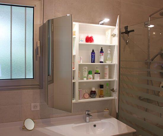 des meubles beige et blanc astucieux pour cette salle de bains atlantic bain. Black Bedroom Furniture Sets. Home Design Ideas