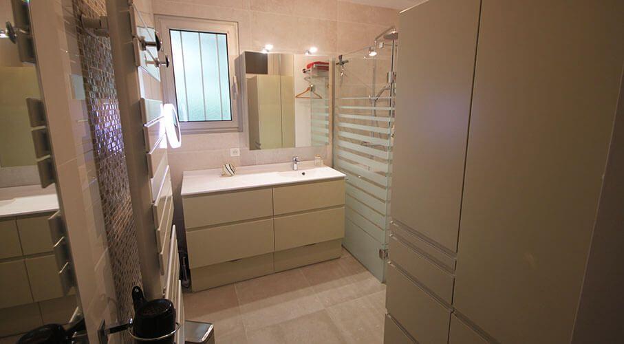 beaucoup-de-rangement-pour-cette-salle-de-bain-pratique