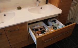 grand-tiroir-sous-vasque-salle-bain-bois-bambou