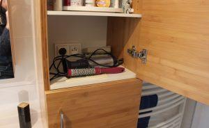prise-courant-armoire-suspendue-salle-bain-bambou