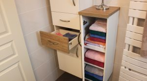 colonne-salle-bain-blanc-bois-tiroirs-porte