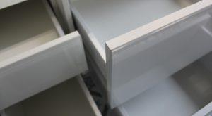 tiroirs-salle-bain-facades-verre-blanc
