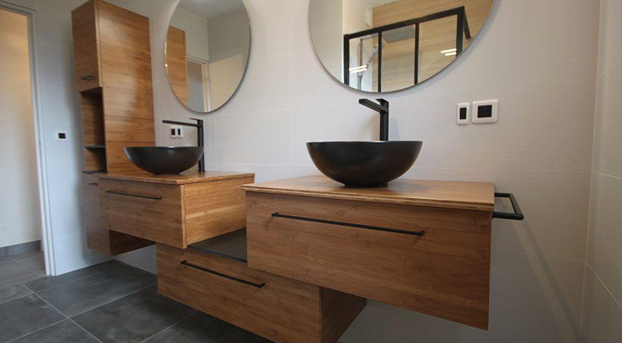 Double vasques noires céramiques posées sur meubles en bambou
