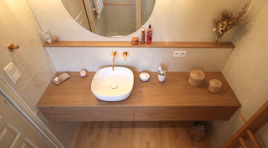 Meuble de salle de bain contemporain entre murs avec vasque en céramique blanche posée et robinetterie murale